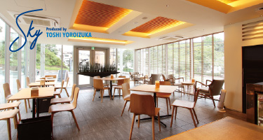 Sky Produced by TOSHI YOROIZUKA|開放的なガラス張りのカフェを併設。